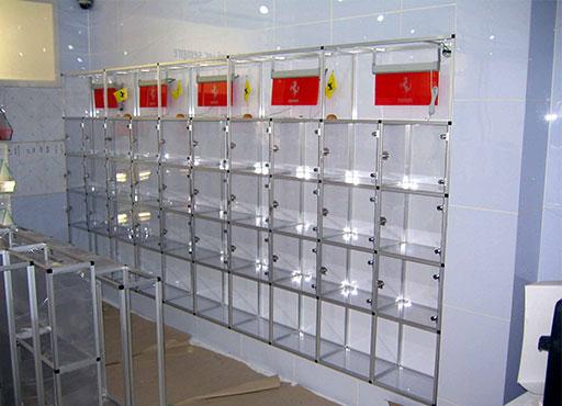 当社のアルミ製フレーム、「アルフレーム」を使えば、このようなディスプレイ棚も製作可能です。それぞれ棚のスペースには世情を行うことも可能になっています。